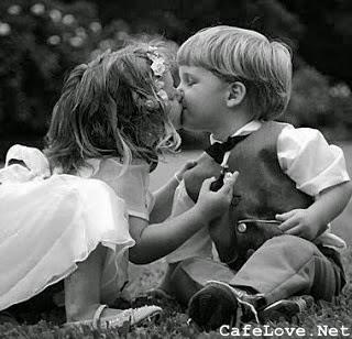 Hình ảnh 2 đứa nhỏ hôn nhau