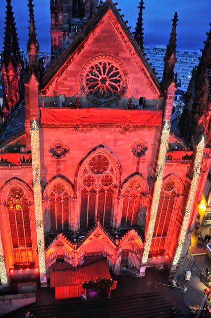 Die beleuchtete Fassade des Münsters St. Etienne