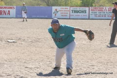 Edgar Lozano lanzando por Normal en el torneo de softbol del Club Sertoma