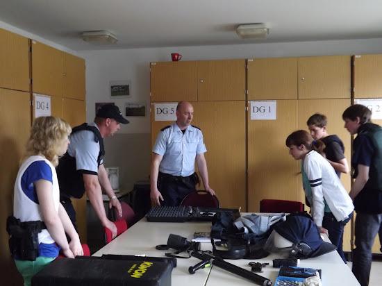 PHM Zibell und POM Bose erläutern Einsatzmittel der Bundespolizei (Bild: A.M.)