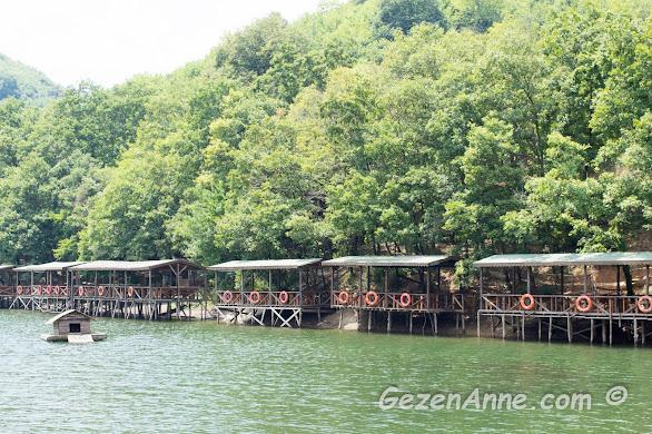 Saklıgöl'deki tesisin piknik yapılabilen göl üstü kamelyaları, Şile İstanbul