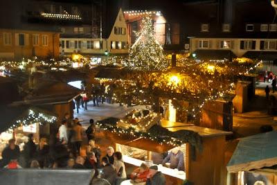 Blick vom Treppenturm auf den weihachtlich geschmückten Neuenburger Rathausplatz