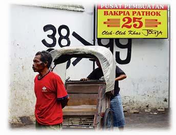 Abang tukang becak menunggu pelanggan berbelanja bakpia