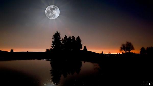 ảnh ánh trăng rọi sáng trong đêm tối