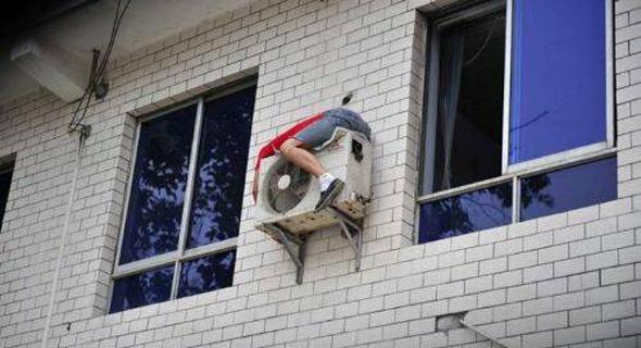 Hombre arreglando un aire acondicionado