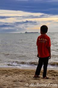 Abang Ngah memandang ke laut - Sepetang di Pantai Puteri