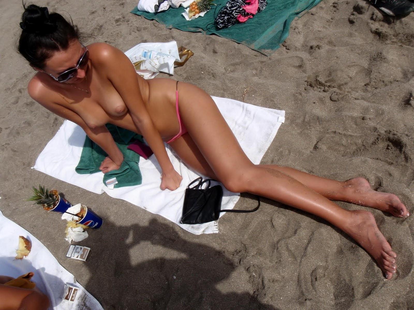 дівчата.загоряють.на пляжі.вч0рніх.лифчиках.трусах.ф0т0