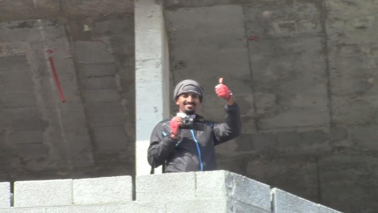 المصور عبدالرحمن المسعري في أعلى العمارة