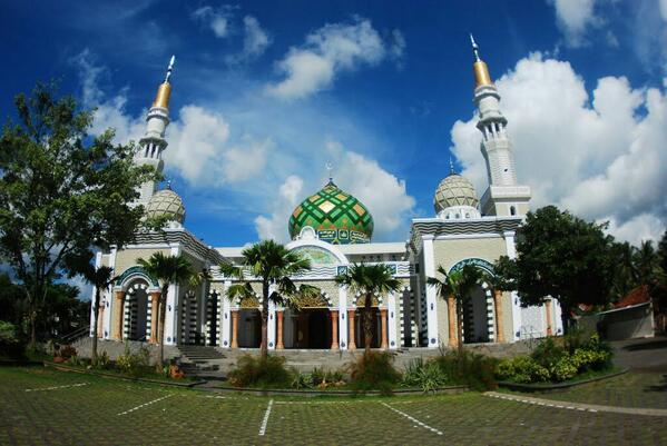 Masjid Agung Daarul Falah Kabupaten Pacitan, Jawa Timur [image by @shellamayadita on Twitter]