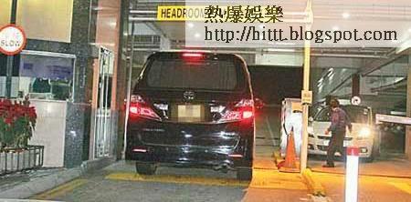 楊冪完成工作後,直駛到準老爺劉丹家中。