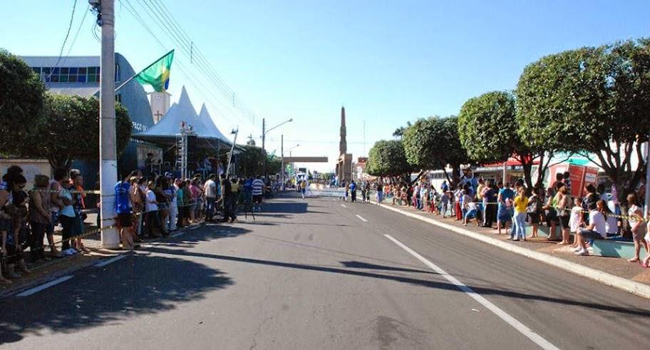 Santa Fé comemora 66 anos de fundação com desfile.