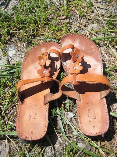 Mammaen sine sandalar. Havet er like ved...