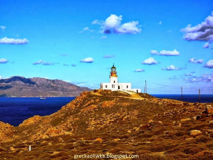 Latarnia Morska Armenistis na tle błękitnego morza i nieba