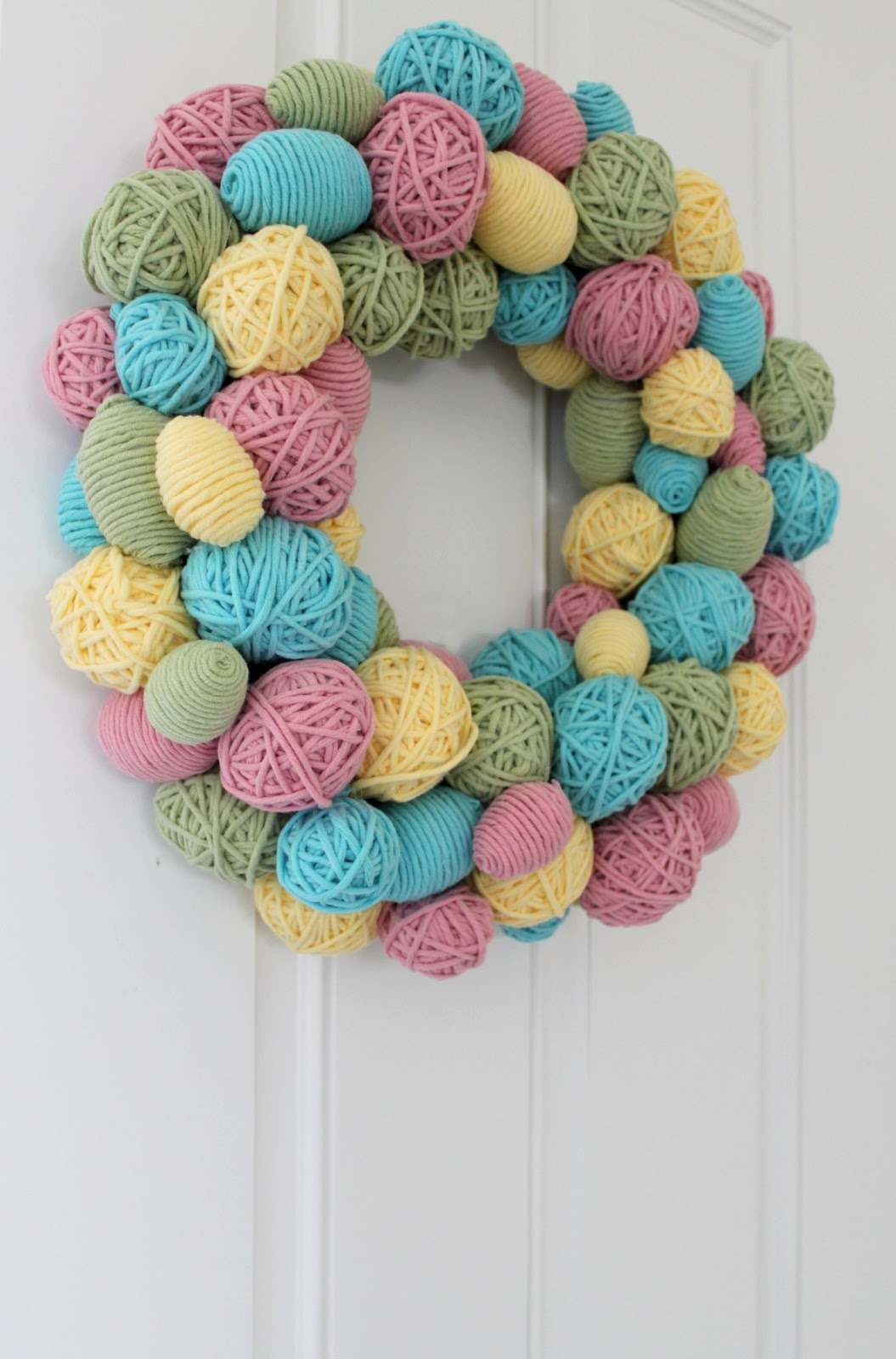 Yarn Egg Wreath. Click for 40 more #DIY #Wreath Ideas