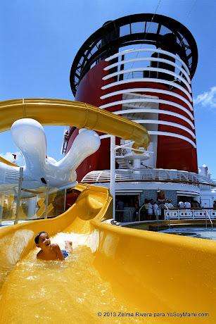 La chorrera (tobogán) se desliza hacia una piscina en forma de Mickey (©Disney)