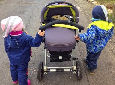 Die Mäusekinder auf dem Weg in den Kindergarten