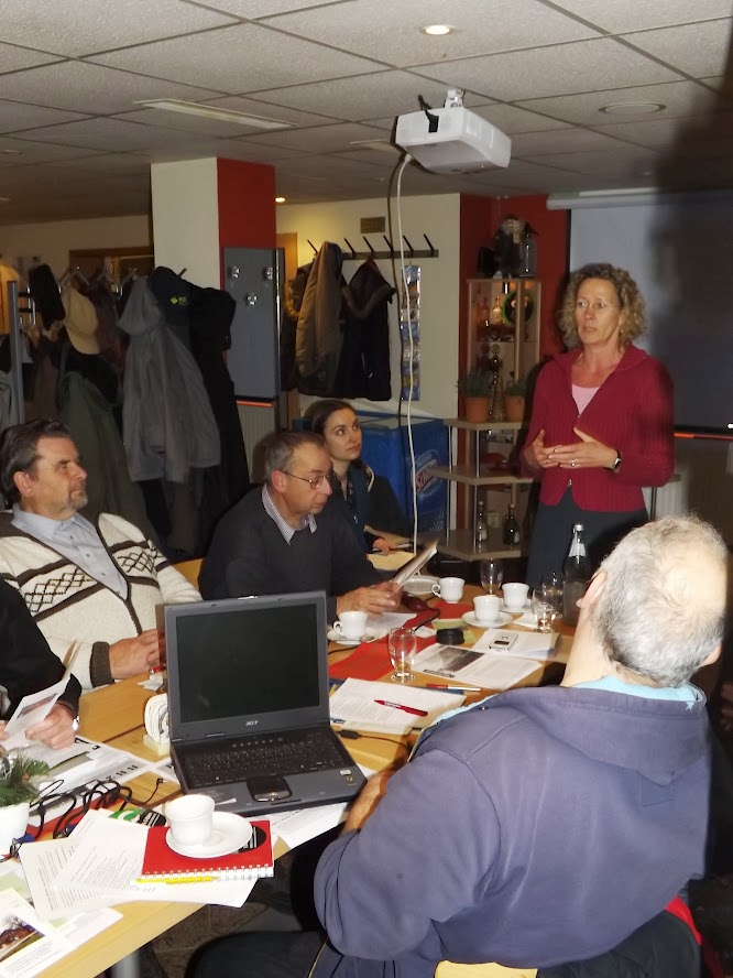 Die Vertreterin der Genossenschaft Bahnhof Wiesenburg beim Vortrag - er endete mit der Einladung die 2. Konferenz dort durchzuführen. (Zum Öffnen der Bildergalerie auf das Bild klicken - alle Bilder A.M. & ASC für © gemeinde-tantow.de)
