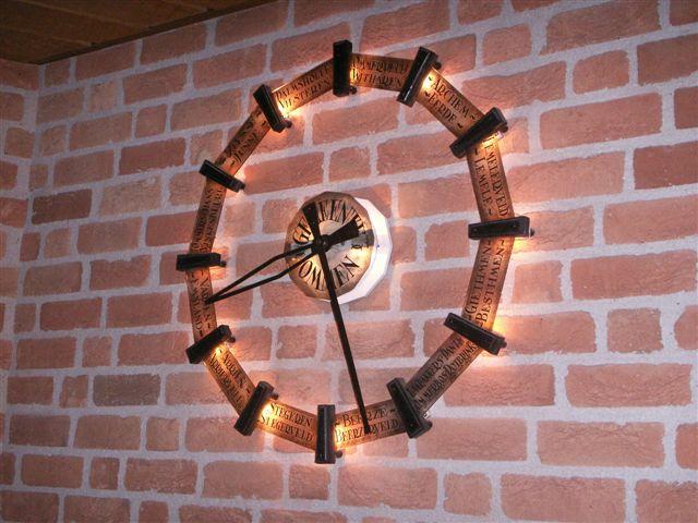 De klok in het gemeentehuis met alle buurtschappen benoemd, ooit een geschenk van de burgerij