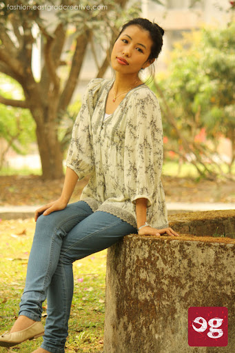 Full sleeve loose casual top, jeans and pump shoes