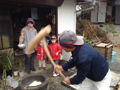Mr. Awata pounding mochi