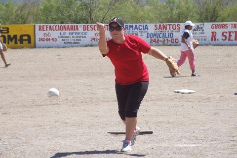 María Alba de Pioneras de Vallecillo en el softbol femenil del Club Sertoma.