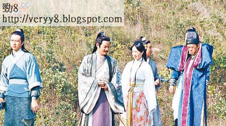Bobby(右)早前不辭勞苦,上山跟關詠荷(右二)及黃智賢(右三)等為《情》劇拍外景。