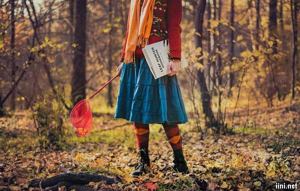 ảnh cô gái đi dạo trong rừng thu