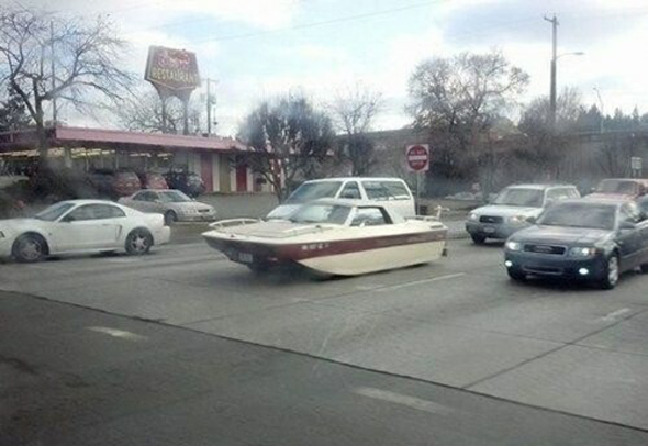 Coche con forma de barco
