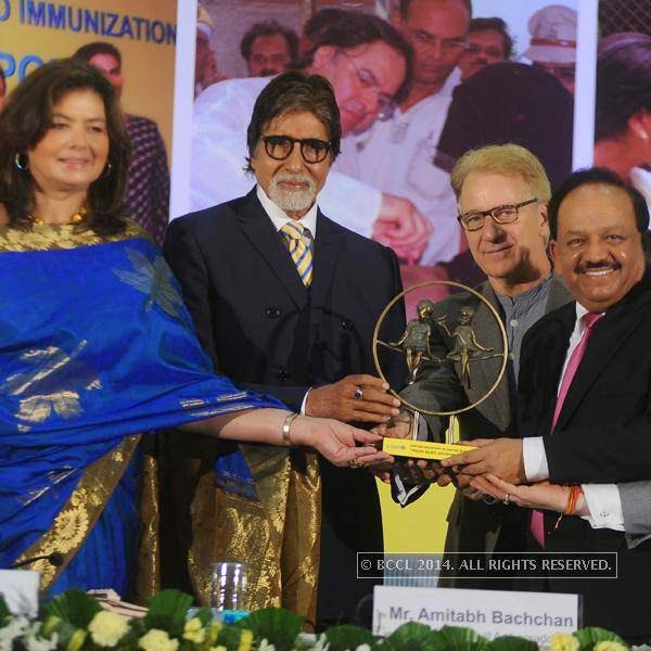 (L-R) Dr. Nata Menabde, Amitabh Bachchan, Louis Georges Arsenault, UNICEF India Representative and Dr. Harsh Vardhan during the UNICEF event.<br />