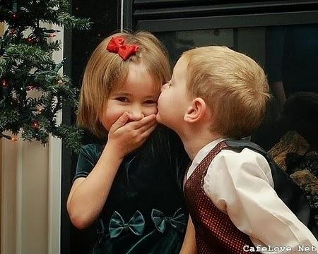Hình ảnh 2 em bé hôn nhau