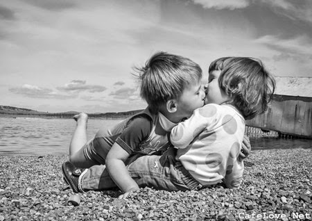 Hình ảnh đẹp nụ hôn trẻ thơ