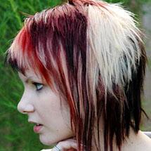 Cabelo loiro com mechas vermelho escura