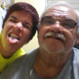 Papi mirando la cámara y yo sacando la lengua