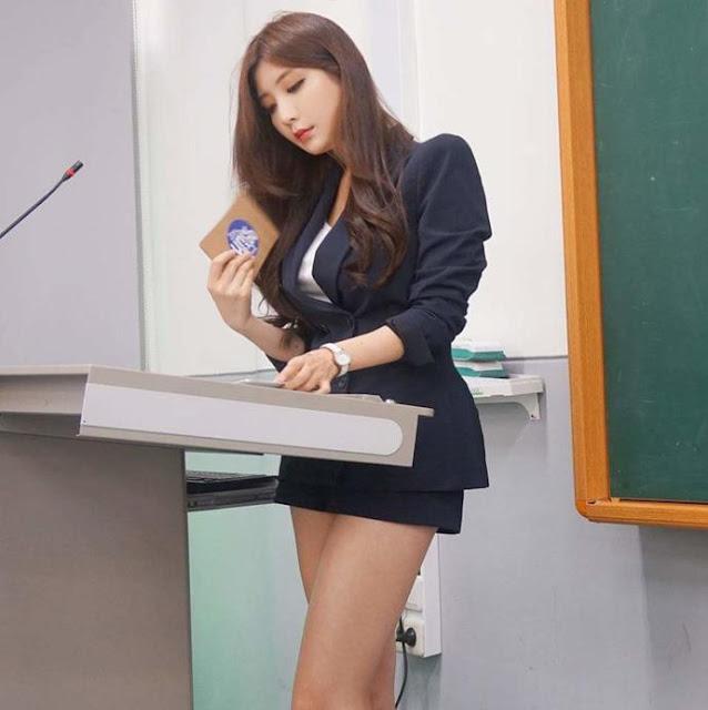 """Đổ rầm rầm trước hotgirl streamer """"siêu vòng 1"""" là giảng viên đại học"""