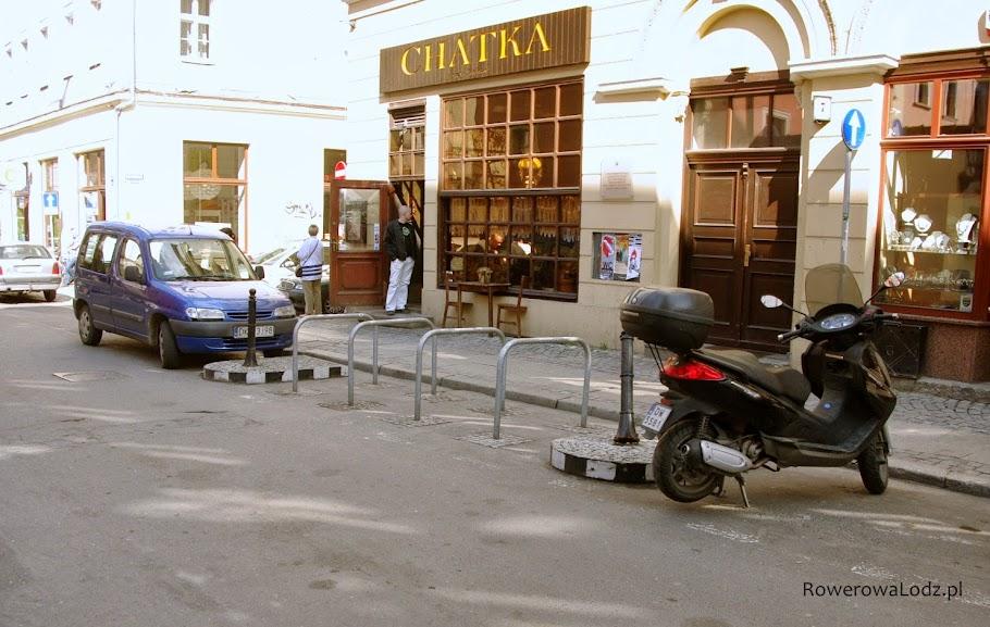 Gdy nie starcza miejsca na chodniku, robi się coś takiego! Zamieniając miejsce parkingowe dla samochodów na miejsca dla rowerów i skuterów