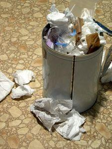 baking soda berguna untuk membersihkan tempat sampah di dapur
