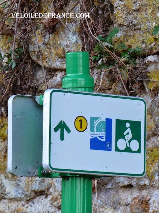 """Le pictogramme """"La Loire à vélo"""" à côté de l'insigne du cycliste -  La Loire à vélo sans prendre l'eau par veloiledefrance.com"""