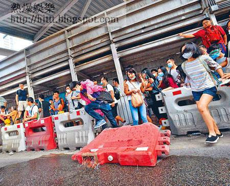 金鐘有熱血示威者衝出馬路。