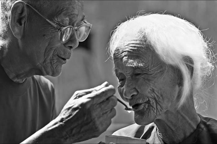 Ảnh người chồng già chăm sóc vợ ốm