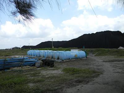 Local de estocagem de água para agoamento, a água vem de poço e é estocada nesses tanques por norma ambiental.