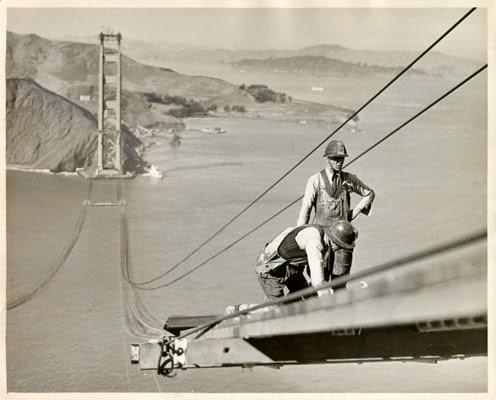 Ouvriers spécialisés dans la pose de charpente métallique travaillant à la construction du Golden Gate