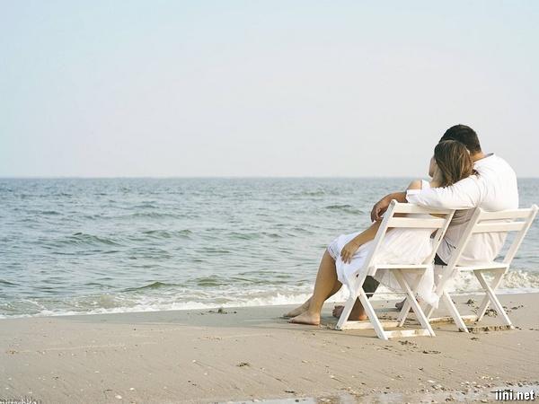 ảnh ngồi bên nhau trước biển tình yêu