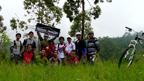 Sebanyak 12 dari 14 orang peserta GowesJelajah Coban Rondo (01-01) berfoto bersama. Sisanya ya yang ambil foto ini :D