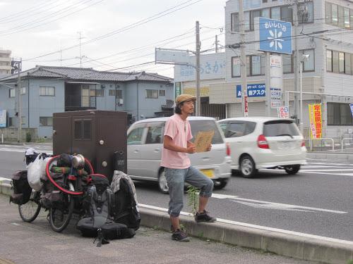 ヒッチハイクしている古川さん