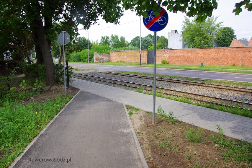 Widok od strony południowej. Co ma zrobić rowerzysta jadący drogą dla rowerów i widzący taki oto znak? Hyc na torowisko?