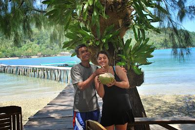 Die beste Erfrischung in den Tropen - eine frische Kokosnuss vom Baum!