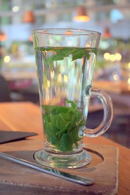 新鲜的薄荷茶在愚蠢的酒吧在英国伦敦