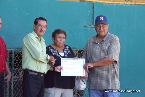 Entrega de reconocimiento a la familia de Edgar Sánchez