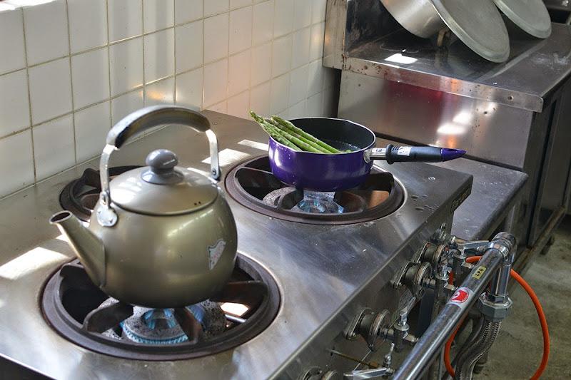キッチン。業務用の火力の強いコンロ。