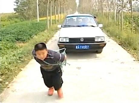 Gila.. Bocah Ingusan Umur 7 Tahun Sanggup Tarik Mobil